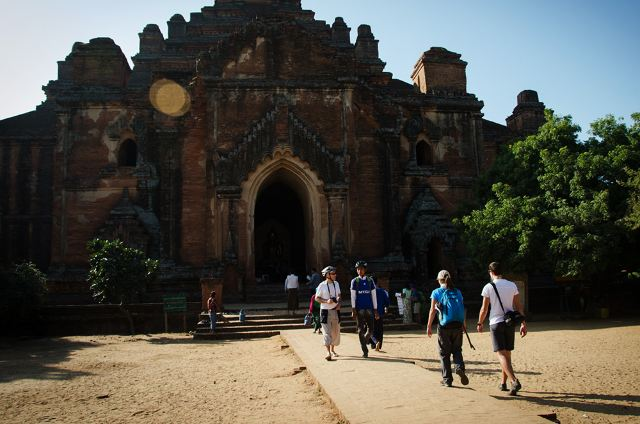 缅甸,对于这个神秘而又陌生的国度,对于这遍地都是佛塔的邻邦,作为缅甸侨属,早已心生向往,蛇年岁末,与亲戚到缅甸探亲、旅游,一了心中夙愿。在当地亲戚的悉心安排下,我们游览了曼德勒山,浏览了瓦城附近的风景名胜,驱车几百公里来到佛城蒲甘,沉浸在浓厚的佛教气息里,同时也深入到玉石市场,感受鱼龙混杂颇具特色的玉石交易流程。回来后,用自己的视角编辑一篇《那一方水土缅甸》,与朋友们分享。 曼德勒山位于曼德勒市区北部,旧称罗刹女山,是缅甸著名的佛教胜地。海拔236米。从山上眺望,曼德勒全城和伊洛瓦底江景色尽收眼底。 曼