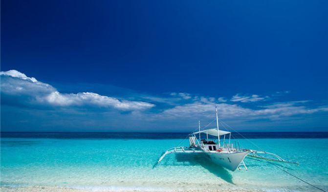 白沙滩位于长滩岛西岸的中部,南北延伸,蜿蜒曲折。洁白、细腻的沙滩并不会给人一种白得耀眼的刺痛感,反而是非常的温柔温柔婉约。珊瑚死亡后,由于海 水或自然风化等自然力量或人为的因素的原因,大片珊瑚被磨碎,和细沙融为一体,因此,即使是炎热的中午,白沙滩的沙子的温度也不会很高,反而有丝丝的清 凉,将赤裸的双脚埋在柔和的沙子里,无比的惬意、清凉。 普卡滩 普卡海滩是长滩岛第二大的海滩,它是长滩岛的骄傲。普卡海滩的贝壳非常出名,在上世纪七八十年代,普卡贝壳被选作优质的原料,用来制作饰品,风靡一时,深受人们的喜爱,因此