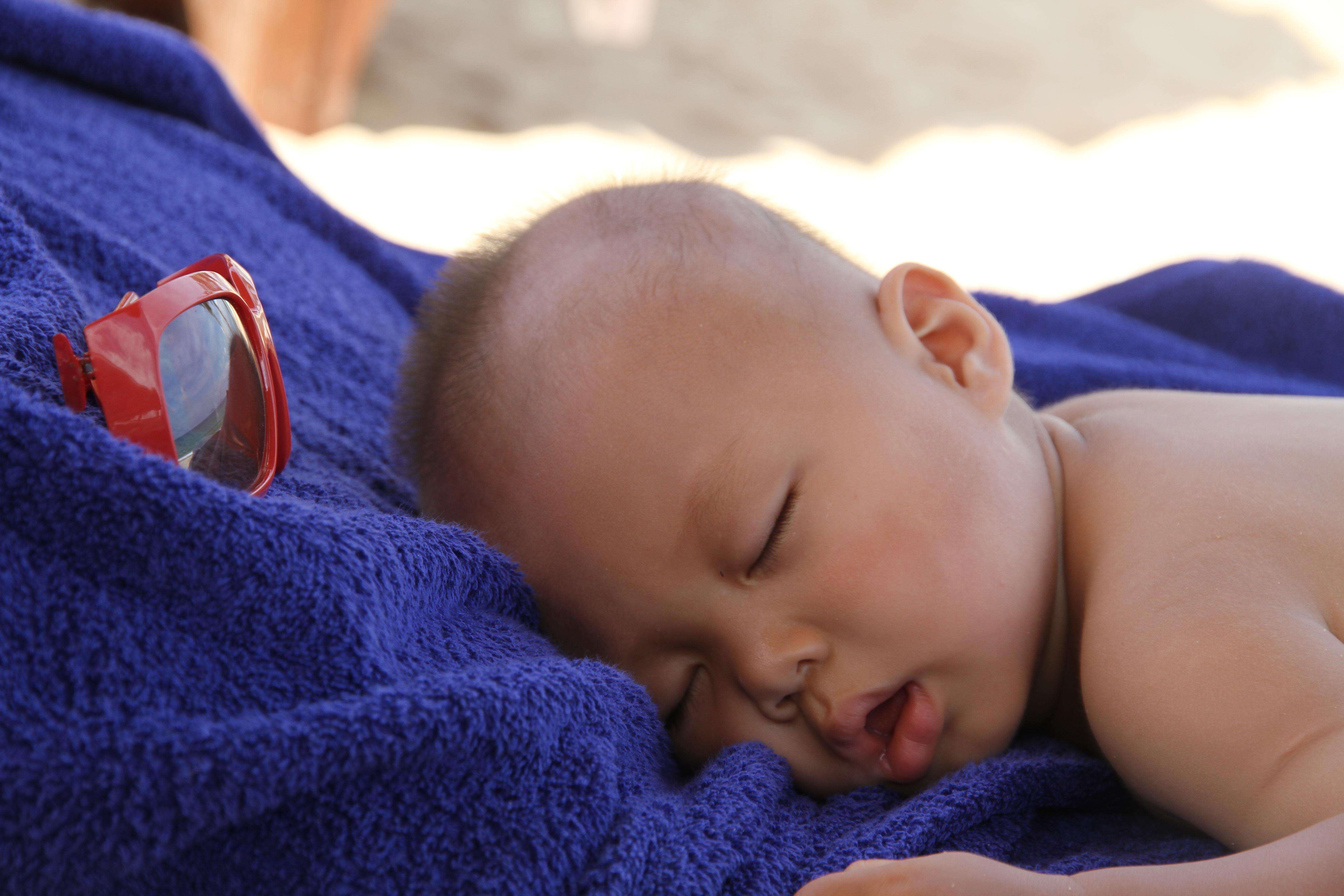 多多小朋友在海边吹着海风睡着喽