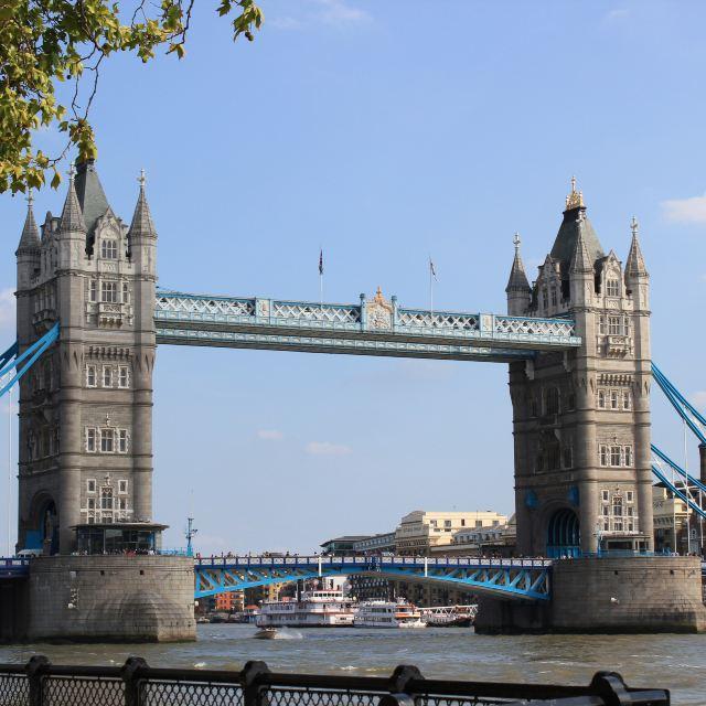 伦敦塔桥是从英国伦敦泰晤士河口算起的第一座桥
