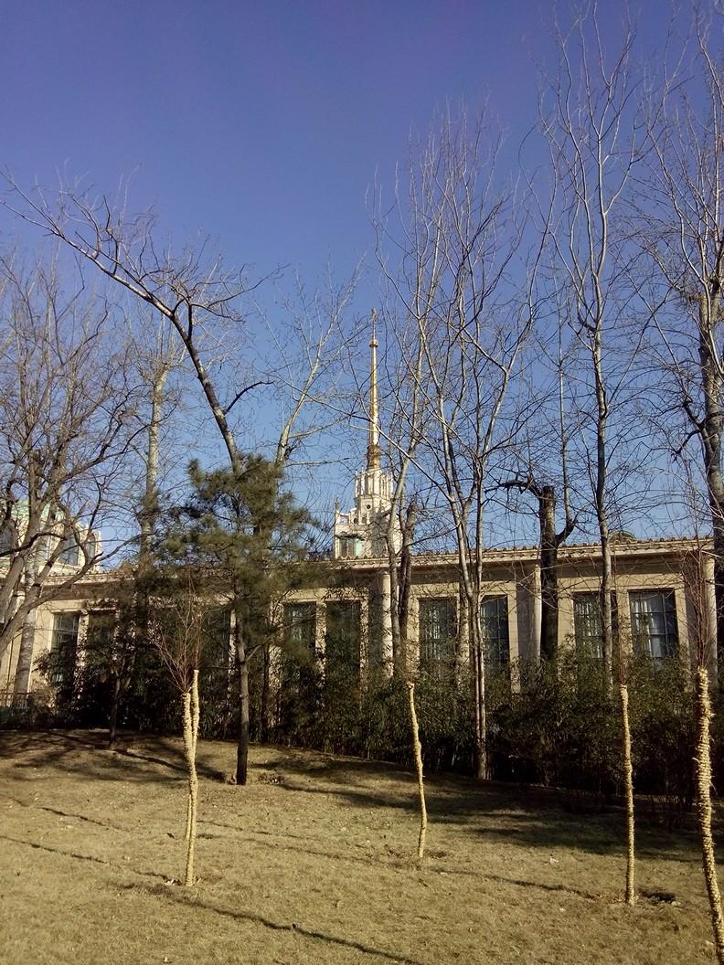 猴山东面就是365棋牌娱乐城_365棋牌唯一官网活动_365棋牌电脑下载手机版下载园东墙,这个建筑是东墙外的北京展览馆.