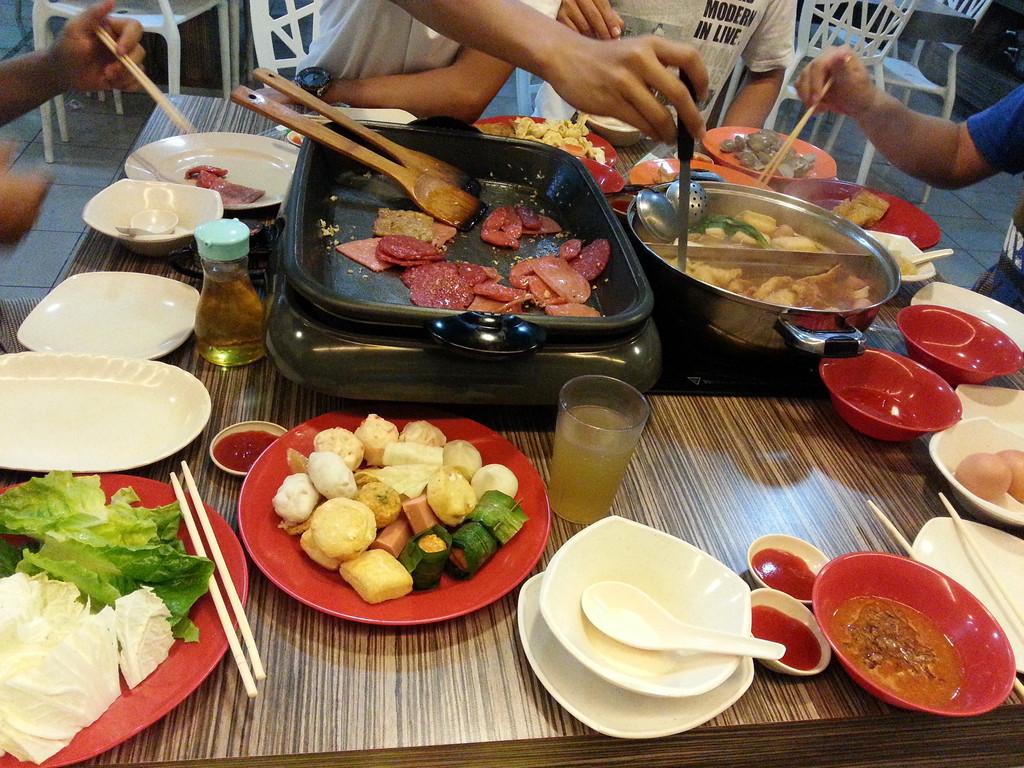昨天的三几好友约了一起去吃自助火锅,有人热衷在铁板上各种炒,而我吃