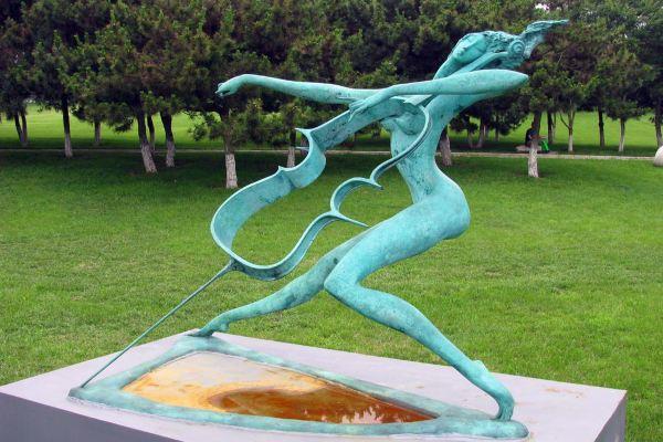 这里海边有一座建筑叫雕塑艺术馆,曾用来陈列雕塑作品.
