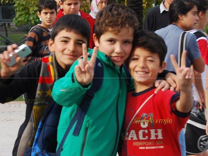 可爱的男孩子们的阳光笑脸