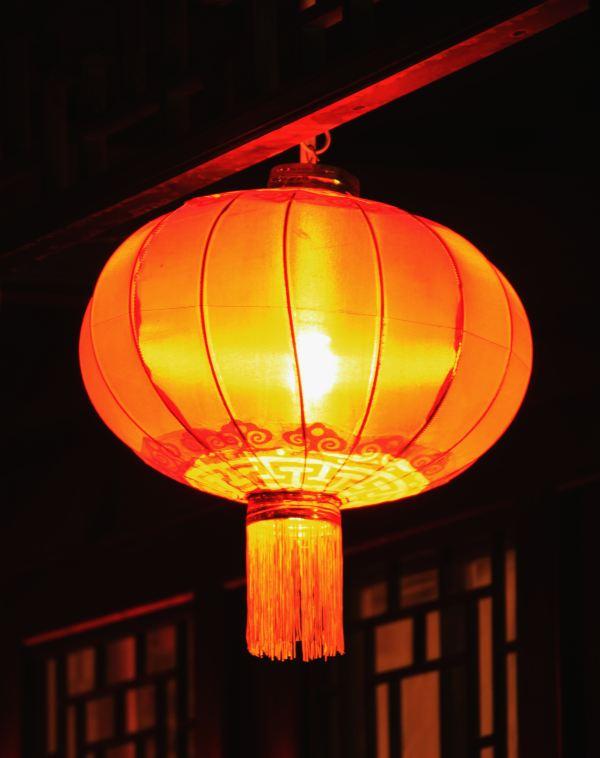 夜色下,红灯笼照耀在古风长廊,夜晚抵达的我们,一下子将我们代入了