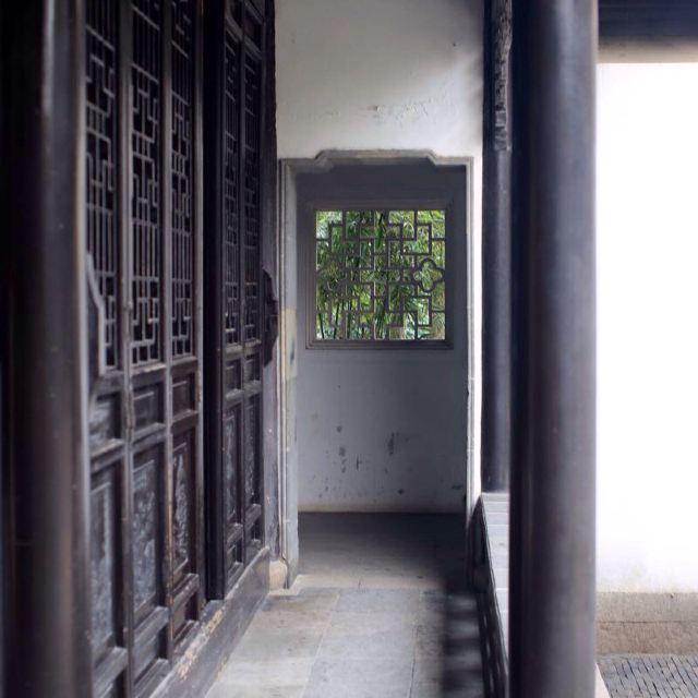 苏州留园,是我国大型古典私家园林,园内亭台楼阁,奇石曲廊,加上满园