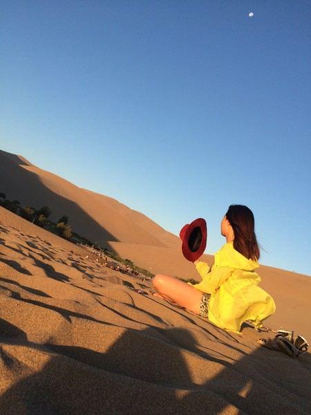這意境簡直了. 21:45分時天徹底暗了下來,弟弟去遠處爬更高的沙漠了.