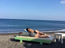 卡马利黑沙滩-圣托里尼-带着檬宝去旅行