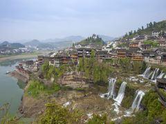 走进电影《芙蓉镇》取景地,看挂在瀑布上的千年古镇
