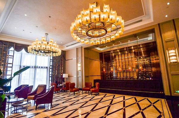 除了标准的五星级酒店装修风格以外,就是穿插了一些具有民国风格的