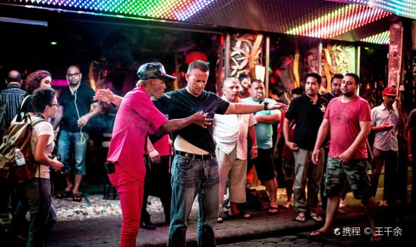 "<p class=&quot;inset-p&quot;>芭提雅风月步行街两旁有各式小吃、酒吧,街上熙熙攘攘,是游客必经之地。在这里可以吃到便宜的海鲜大餐。酒吧中经常有音乐表演、泰拳表演。</p><p class=&quot;inset-p&quot;><strong>白人娱乐的天堂</strong></p><p class=&quot;inset-p&quot;>步行街上,行走的、两旁酒肆咖啡屋闲坐的,十之七八是白种人。路上的黄种人,多是穿街而过的中国游客。在曼谷,导游曾用当地人""大象老鼠""的比喻讲来泰西方人和租来的泰国娇小女的关系。一些来芭提雅的单身西方人,在这里临时三租(房子、车子、女人),一段时间后利利索索地一走了之。</p><p class=&quot;inset-p&quot;><strong>夜夜笙歌的街道</strong></p><p class=&quot;inset-p&quot;>以霓虹灯和热闹程度论,这里甚至远不如国内的一些知名步行街。两旁的电线杆和凌乱的电线,表现了街市建设的随意性。白天相对冷清,一到晚上灯火通明,夜夜笙歌,还有很多Lady boy在街边拉客,光怪陆离、无奇不有,这里是个一刻也不宁静的嘈杂世界。</p>"