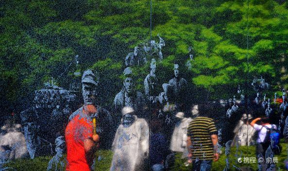 <p>朝鲜战争老兵纪念碑位于林肯纪念堂的右前方,与越战纪念碑隔着反思池而遥相对应,是一个小小的纪念园,由三部分构成,第一部分是19个与真人相仿的美军雕像群,第二部分是印有38个美国士兵映像的黑色花岗岩纪念墙,而第三部分是一组置于地面的纪念石碑。</p><p><strong>1. 美军雕像群</strong></p><p>纪念园内首先映入眼帘的便是19个与真人相仿的不锈钢雕像,每个雕像都刻画了一个美国士兵的形象,他们头戴钢盔,手持各种武器装备,成散兵线队形搜索行进。这些雕像没有高台底座,他们不是遥不可及的英雄,而是真实的普通士兵,他们的脚就结结实实地踏在这片开阔土地上。烈日炎炎,狂风扫过,暴雨倾注,皑皑冬雪,四时变幻成了这个雕像群最真切的背景和注释,将残酷的战场再现搬到了世人的眼前,令人震撼。</p><p><strong>2. 纪念墙</strong></p><p>在雕像群南侧有一面黑色花岗岩纪念墙,墙面用喷砂方式蚀刻出38个美国士兵的脸部映像,代表着朝鲜战争所在的北纬38度线,而这些映像也都是根据朝鲜战争新闻照片中的真实记录而临摹镌刻的。在这道纪念墙的尽头,赫然镌刻着一行大字:Freedom is not Free,意为:自由并不是免费的,它需要付出代价。</p><p><strong>3. 纪念石碑</strong></p><p>而在雕像群周围还有一组置于地面的纪念石碑,其中正对着雕像群的一座用英文写着一段碑文:Our nation honors her sons and daughters who answered the call to defend a country they never knew and a people they never met,意为:我们的国家以它的儿女为荣,他们响应召唤,去保卫一个他们从未见过的国家,去保卫他们素不相识的人民。而另外几块石碑则介绍了朝鲜战争中死亡、受伤、被俘和失踪的美军人数和联合国军人数。</p>