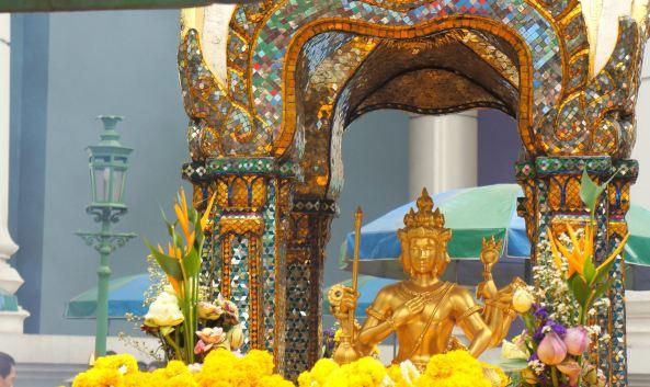 <p class=&quot;inset-p&quot;>位于泰国曼谷的四面佛是泰国香火最鼎盛的膜拜据点之一,深受港台明星的追捧。因为地处Central World等大型商场附近,因此这里也成为了曼谷著名的旅游观光胜地。在泰国及东南亚,四面佛被认为是仁慈无比的神祗,所以在拜佛之前要戒荤吃素。</p><p class=&quot;inset-p&quot;><strong>灵验之佛,香火旺盛</strong></p><p class=&quot;inset-p&quot;>四面佛位于伊拉旺神祠中,供奉的神像高约4米,前后左右有四副面孔,分别代表慈、悲、喜、舍四种梵心,凡是祈求升天者必须勤修这四种功德。神像摆放在工艺精细的花岗岩神龛内,正襟危坐,全身金碧辉煌,四面都是同一面孔、同一姿态。由于它的灵验,为众人称道,因此这里的香火非常旺盛。</p><p class=&quot;inset-p&quot;><strong>参拜佛像,净化心灵</strong></p><p class=&quot;inset-p&quot;>进入四面佛的围栏,右手边有卖烧香用的贡品。第一次去参拜的人只要花20泰铢就能得到4个手腕粗的小花环、4根黄色蜡烛和12支香。<br />拜四面佛要顺时针方向逐面拜。双掌合十,把香夹在两手掌之间,或跪或拜都可以。从入口处佛面开始,留下蜡烛,然后许愿,三注香一个花圈顺时针拜四面,回第一面再拜一次。最后到左边净水处用锡碗盛出干净的水清洗水缸舀水,拍前额、脸、手臂,以求得四面佛的保佑,净化心灵。</p><p class=&quot;inset-p&quot;><strong>还愿仪式</strong></p><p class=&quot;inset-p&quot;>超过一次来参拜的人按还愿的方法有另外一套祭品。主要的区别是花环是那种一尺长的大花环,香的颜色也不同。这套还愿用的祭品价格在200泰铢左右,四面佛的还愿者还有一个重要的仪式就是在四面佛旁边的回廊下,请身穿泰国民族服装的舞者为你向四面佛跳一段祈祷和祝福的歌舞。门中念诵着还愿者的姓名,还愿者跪在舞者前面的蒲团上,可以选择2人、4人、6人,最多8人来跳这段祈祷的舞蹈。整个仪式约3分钟,离开四面佛前用清水清洗双手和面容,象征净化心灵。</p><p class=&quot;inset-p&quot;><strong>感受虔诚信众</strong></p><p class=&quot;inset-p&quot;>每日,都有很多来自世界各地的信众前往参拜或祈求。这尊佛像原是印度婆罗门教主神之一梵天,乃是创造世界的神,法力无边。泰国各地包括住家庭院内都有设置。四面佛在2006年曾经被毁过,现已重新修缮。令人印象深刻的是,天桥上路过的泰国人,看到远处的四面佛都会停下匆忙的脚步,向佛祖问好。此外,每当入夜以后,这里依然是灯火通明,香烟燎绕。</p>