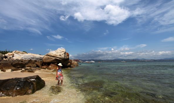 """<p class=""""inset-p"""">蜈支洲岛的风景很好,岛上一派热带风光。这里海水能见度高,水下世界绚丽多彩,是我国最重要的潜水基地之一。同时,还是进行摩托艇、香蕉船、水上降落伞等水上活动的好地方。</p><p class=""""inset-p"""">岛上还有景点古迹妈祖庙和岛主别墅、情人桥等,有兴趣的也可以去参观(岛主别墅只能外观),情人桥是上岛后的第一个景点,是一座铁索桥,因为寓意很好,经常有人在这里拍摄婚纱照。</p><p class=""""inset-p"""">除了美丽的风光,蜈支洲岛还有极具特色的别墅、木屋以及酒吧、海鲜餐厅等配套设施。岛上还有蜈支洲岛珊瑚酒店及蜈支洲岛度假中心,可提供住宿,但房间都比较抢手,需要提前预定。蜈支洲岛度假中心比较老牌,而珊瑚酒店是2013年开业的,两家酒店的价格都不便宜。如果仅是来岛上体验水上活动,建议早点上岛,且不必在岛上住宿。</p><p class=""""inset-p"""">如果住在岛上的话一定记得去观日岩看日出,那里是观日出的绝佳之地。</p>"""