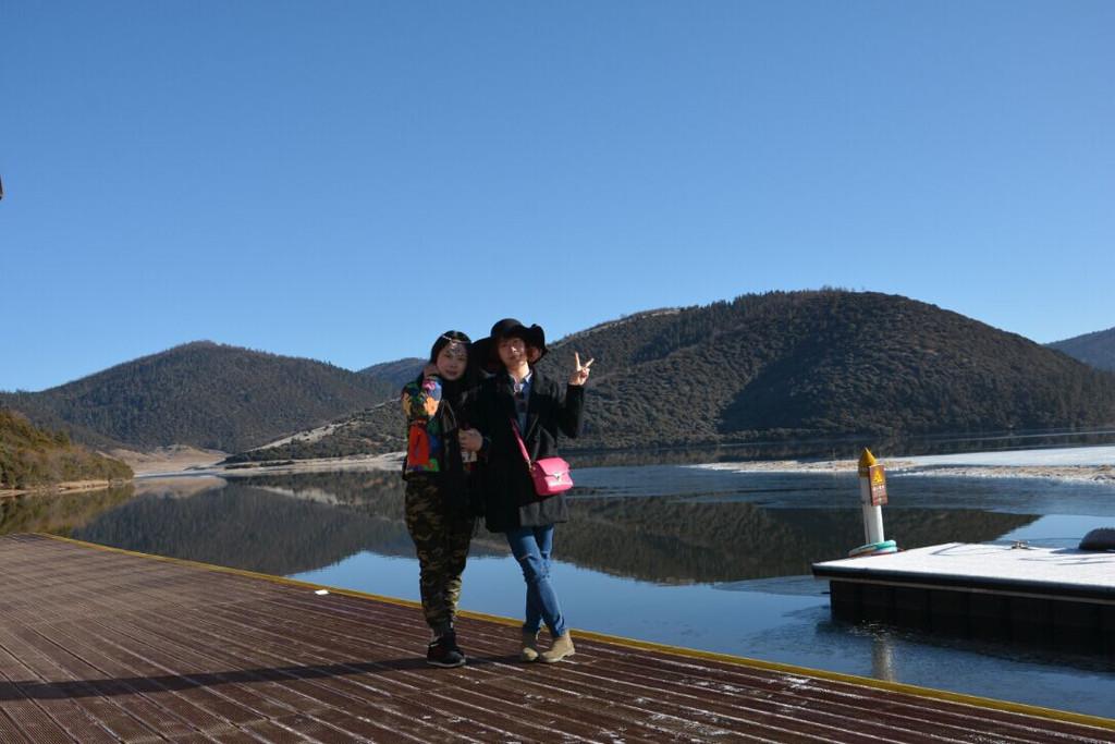 兩個美女的合影,背景就是屬都湖,沿途繼續徒步前進到達下一站,可以
