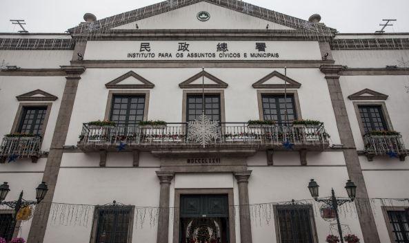 "<p class=""inset-p"">民政总署大楼座落在澳门繁华的心脏地带,修建于1784年,作为葡萄牙人在实行自治及办公的议事公局大楼,一切市政事宜在这里进行。大楼的建筑有着明显的南欧风格,楼内还有图书馆、画廊和花园,充满异国风情。</p><p class=""inset-p"">大楼附近的议事亭前地是一个欧洲风格的广场,四面有教堂、饭店、咖啡馆,展现着葡萄牙的生活情趣。这里是澳门的市中心地带,也是游客必到的景点集中区。大楼还有画廊和图书馆。每年12月举行的""全澳书画联展"",堪称澳门艺坛重要展览。图书馆则散发着一种截然不同的葡国风情,专门收藏17世纪至1950年的外文古籍珍品,包括葡文《蜜蜂华报》(Aabelha da China)。创刊于1822年,是澳门第一份报章兼中国领土上的第一份外文报章,历史价值不言而喻。</p>"