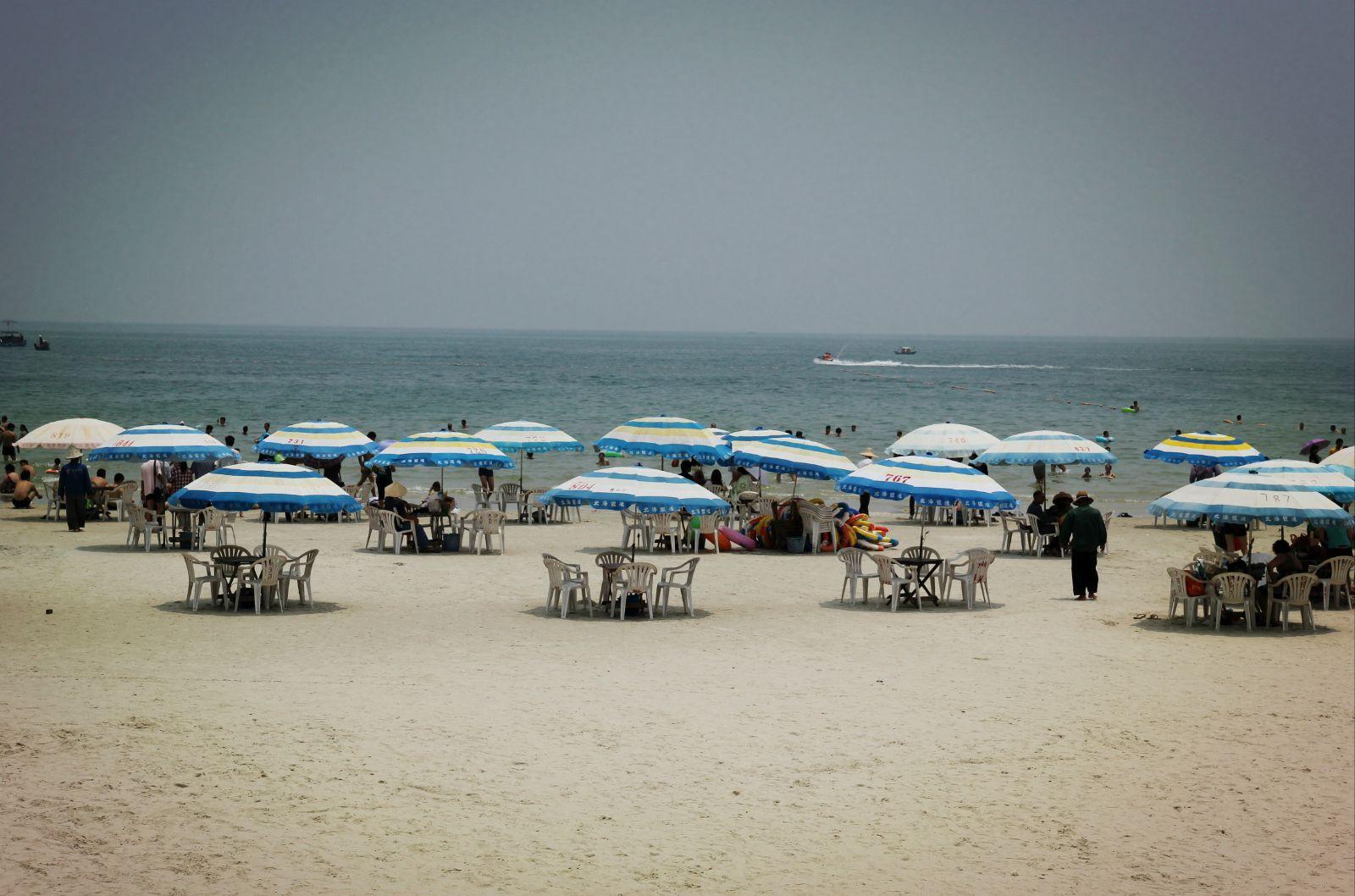北海游泳偷拍_5月底北海白天温度基本都有33度左右,周末来银滩游泳的人很多