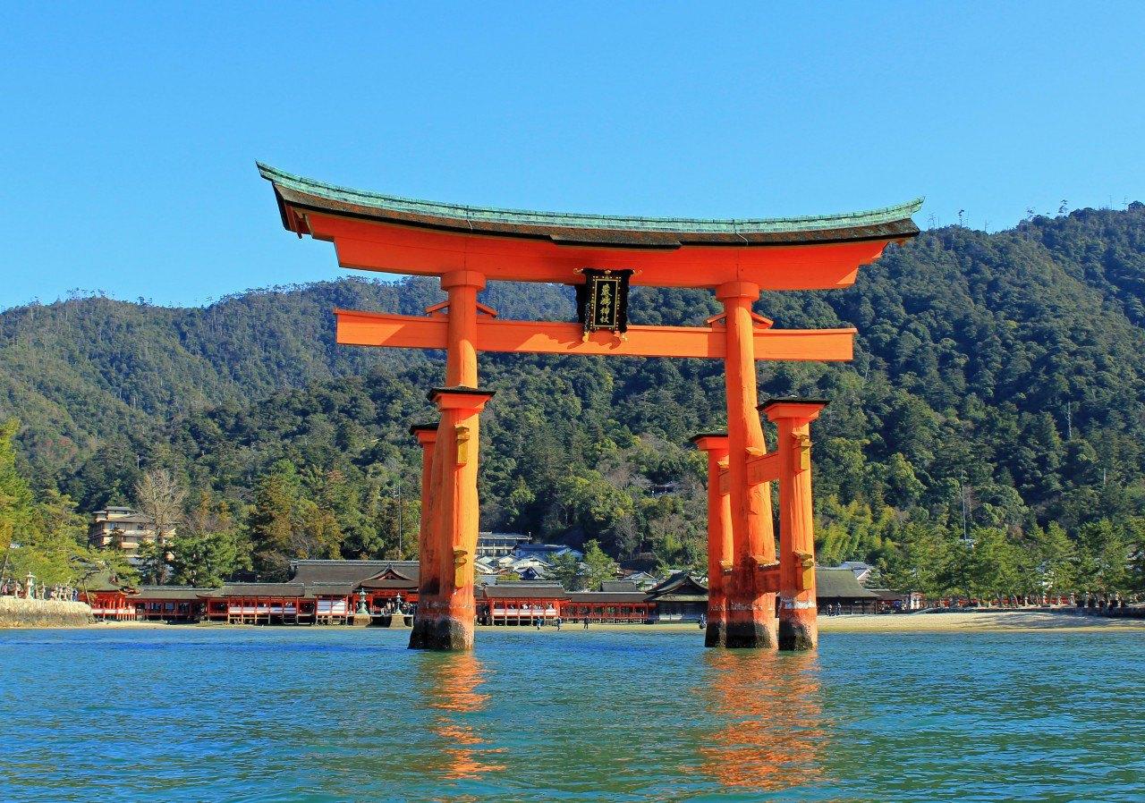 Visit the Itsukushima Shinto Shrine at sea (including oyster fishing and visit)