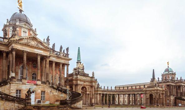 <p>无忧宫位于德国波茨坦市北郊,为普鲁士国王腓特烈二世模仿法国凡尔赛宫所建。宫名取自法文的&ldquo;无忧无虑&rdquo;。整个王宫及园林面积为90公顷 ,因建于一个沙丘上,故又称&ldquo;沙丘上的宫殿&rdquo;。1990年联合国教科文组织将无忧宫宫殿建筑与其宽广的公园列为世界文化遗产。<br /><br />无忧宫内部主要有12个大厅,其中&ldquo;大理石厅&rdquo;、&ldquo;谒见厅&rdquo;及正中的&ldquo;椭圆厅&rdquo;可供参观。园中的主要道路总长约2.5公里。位于最深处的是新王宫。从无忧宫到新宫,需要穿过一条长长的林荫道,林荫道全长约2公里,两旁都是花园和小树林,环境幽静。<br /><br />无忧宫拥有绝佳的园林风景。其承重墙的墙面是来自葡萄牙,意大利和法国的单株葡萄藤,在168个玻璃罩子里面,则被种上了无花果树。梯形露台的前端则被绿色草坪覆盖。并被种植上了紫杉树,和灌木加以分割。山的两边并都建有坡道。有平行的弓形6级台阶,两侧和周围由翠绿丛林烘托。<br /><br />宫殿前的喷泉四周有&ldquo;火&rdquo;、&ldquo;水&rdquo;、&ldquo;土&rdquo; 、&ldquo;气&rdquo;4个圆形花坛陪衬 ,花坛内塑有神像,尤以维纳斯像和水星神像造型精美。而整个宫内有1000多座以希腊神话人物为题材的石刻雕像。宫殿东侧还有珍藏124 幅名画的画廊 ,这些绘画多为文艺复兴时期意大利、荷兰画家的名作。<br /><br />在无忧宫的一侧,有一座园亭被称为&ldquo;中国楼&rdquo;(Chinesisches Haus)。周围站立有各种亚洲形态的人物雕像,这些雕像都确确实实是镀金的,(因此现在的普通旅客都禁止触摸),包括整个亭楼外壁都用镀金装饰。<br /><br />中国楼顶部有根据中国传说而想象制作的猴王雕像。花园内有一座六角凉亭,采用中国传统的碧绿筒瓦 、金黄色柱 、伞状盖顶 、落地圆柱结构 ,被称为&ldquo;中国茶亭&rdquo;。亭内桌椅完全仿造东方式样制造,亭前矗立着中国式香鼎。</p>