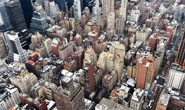 """<p class=""""inset-p"""">总高度达444米的帝国大厦矗立于纽约市内的曼哈顿岛,是纽约乃至整个美国的标志和象征。作为纽约的地标性建筑,帝国大厦以其独特的景观而闻名,游客站在86层和102层的观景台上可以看到曼哈顿的地平线,领略纽约城360度的美景,一直以来都是世界各国游客所向往的旅游胜地 。<br /><br /><strong>86层观景台:</strong></p><p class=""""inset-p"""">室内及室外观景台,位于86 层,距地面高度1,050 英尺 (320 米),可选八种语言包括普通话在内的语音导览器。这是纽约最高的露天观景台。参观帝国大厦的86楼露天观景台,感受置身世界中心和世界之巅的快感。作为全世界最著名的观景台,86楼观景台一直被作为众多电影和电视剧,以及不计其数的私人留影的背景。观景台以大厦的尖顶为中心,提供纽约和更广阔地区的360度全景。从这里您将欣赏到独一无二的中央公园、哈德逊河和东河、布鲁克林大桥、时代广场、自由女神像等景观。我们的多媒体手持式设备可从各个方向指导您的观景。还可利用我们的高性能双筒望远镜获得更清晰的视野。</p><p class=""""inset-p""""><br /><strong>102层观景台</strong></p><p class=""""inset-p"""">室内观景台,位于102层,距地面高度1,250 英尺 (381 米)。<br /><br /> 2016年,为提供游客详尽的展览解说和全方位的美景,带领游客领略这所建筑近百年的历史,帝国大厦观景台正式推出其全新的移动端导览APP,并且提供免费WIFI供游客下载。该导览器分为中英文两种版本,旨在让全世界的游客根据自己的语言需求进行下载以及获悉更多的内容介绍。中国游客可在Apple Store中直接搜索""""帝国大厦""""即可得到中文版本,安卓系统用户也可在境外通过Google Play下载,该导览器都可提供标准普通话的语音讲解服务。</p><p class=""""inset-p""""><br /></p><p class=""""inset-p"""">游客参观帝国大厦时,多媒体设备会通过音频和视频引导他们领略四个区域:""""节能改造""""展厅、""""敢于梦想""""展厅、并最终导向帝国大厦著名的86层观景台与102层观景台。系统应用兼备了趣味性和知识性,游客除了能在设备上欣赏关于帝国大厦的视频和图片外,还可以参加帝国大厦知识小问答活动,不仅如此,为方便从帝国大厦观景台俯瞰市区其他景点的游客更全面了解纽约,导览器还设定了纽约市著名景点的详细信息介绍。相信通过如此便捷的多媒体体验,游客会对帝国大厦的建筑、历史、及其不可撼动的国际地位有更加深刻的理解。还在犹豫什么,赶快来帝国大厦观景台体验吧!<br /></p><p class=""""inset-p""""><br /></p>"""