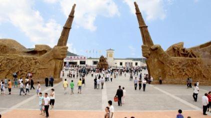 1、八路军文化园:游客人潮涌动